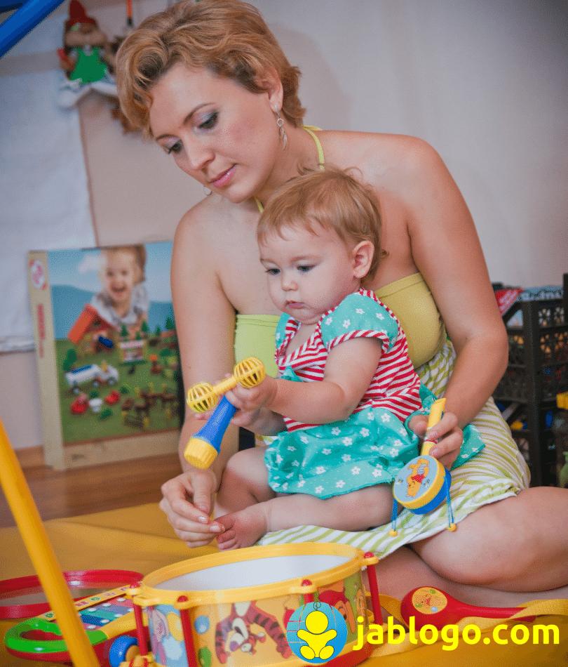 Почему некоторые дети играю сами, а другим нужна для игры мама 1